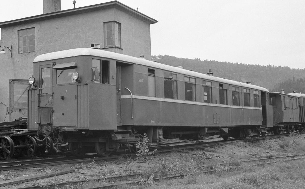 Setesdalsbanens bensindrevne motorvogn Bmbo 2675 hensatt utenfor lokomotivstallen på Grovane. Vognen har en personvognboggi i ende 2.