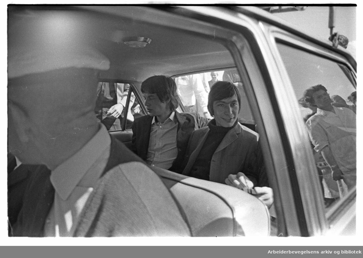 The Rolling Stones ankommer Oslo, via Fornebu flyplass, 23. juni 1965..Mick Jagger og Charlie Watts i baksetet..