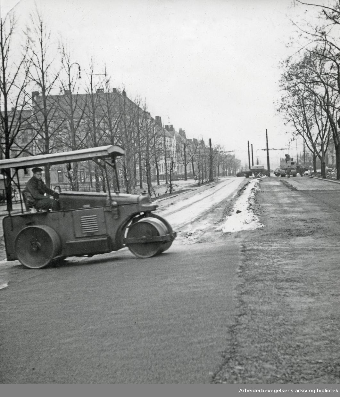 Oslo veivesen legger asfalt i Uelands gate,.1954