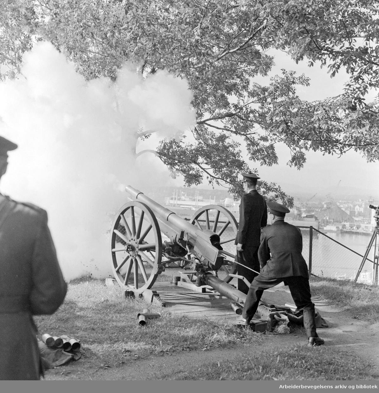Kong Haakon VIIs død..Salutt fra Akershus festning,.september 1957