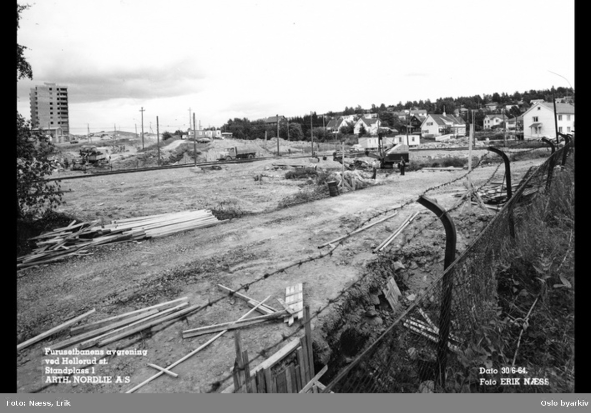 Anleggsarbeid med Furusetbanen, gravemaskin, blokkbebyggelse i Sigrid Undsets vei (Lønnealleen brl) og villabebyggelse på Godlia