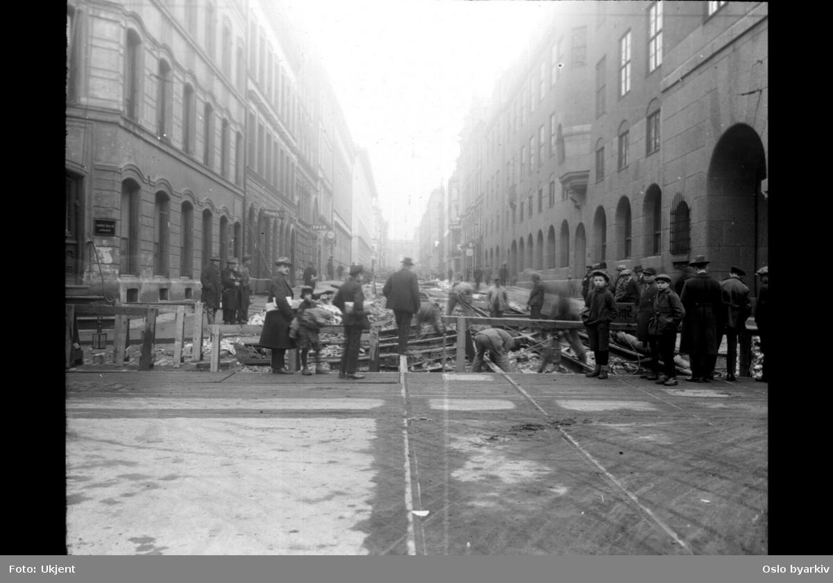 Arbeid på skinnene for å anlegge en svingmulighet opp Prinsens gate slik at det ble mulig å kjøre gjennomgående vogner fra Storgata til Stortingsgata via Dronningens gate.