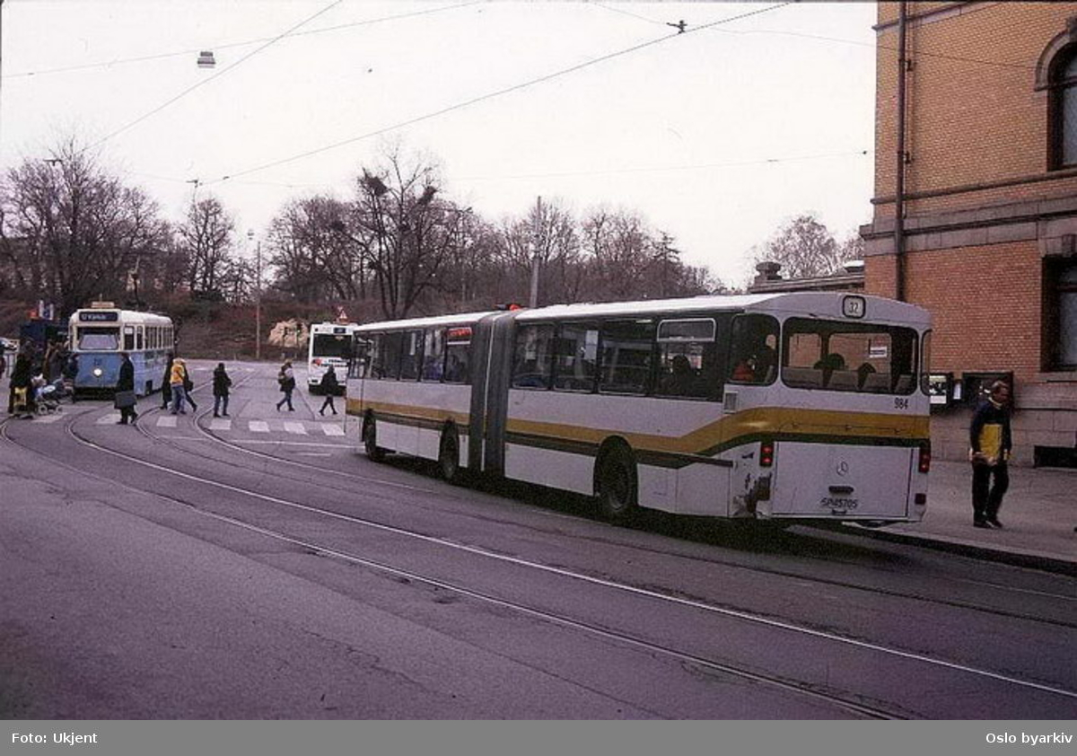 Busser, Ing. M.O. Schøyens Bilcentraler (SBC) 984 linje 32 ved Nationaltheatret. Høkatrikk linje 12 til Kjelsås på vei i motsatt retning.