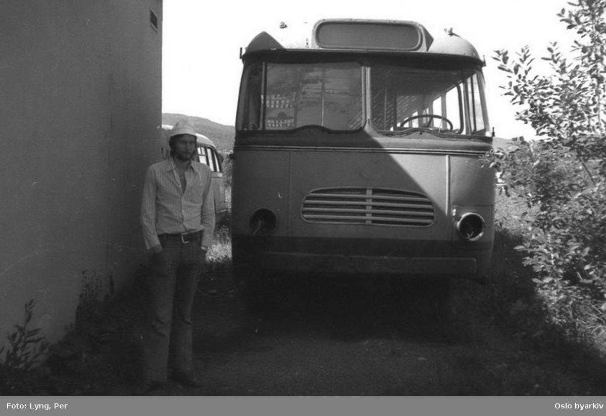 Busser, Ing. M.O. Schøyens Bilcentraler (SBC). Avstilte SBC busser, med ukjent mann.