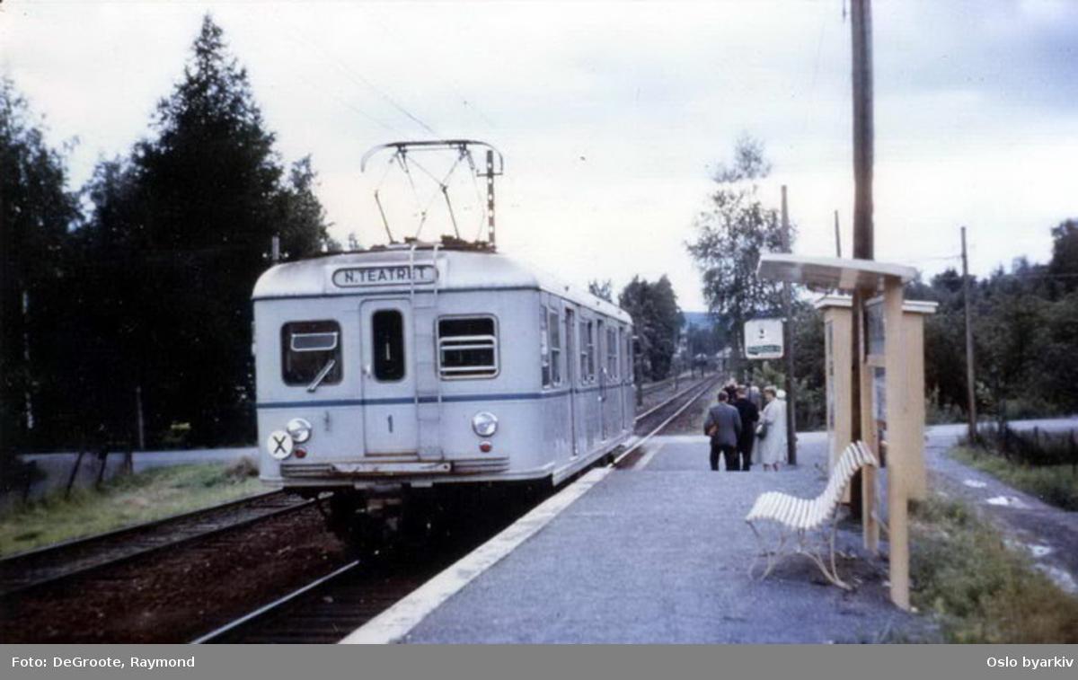 Oslo Sporveier. T-banevogn 1, første prototype, serie T, (senere vogn 451), lys blåfarvet vogn på Kolsåsbanen til Nationaltheatret T-banestasjon, reisende har gått av på Egne Hjem stoppested.