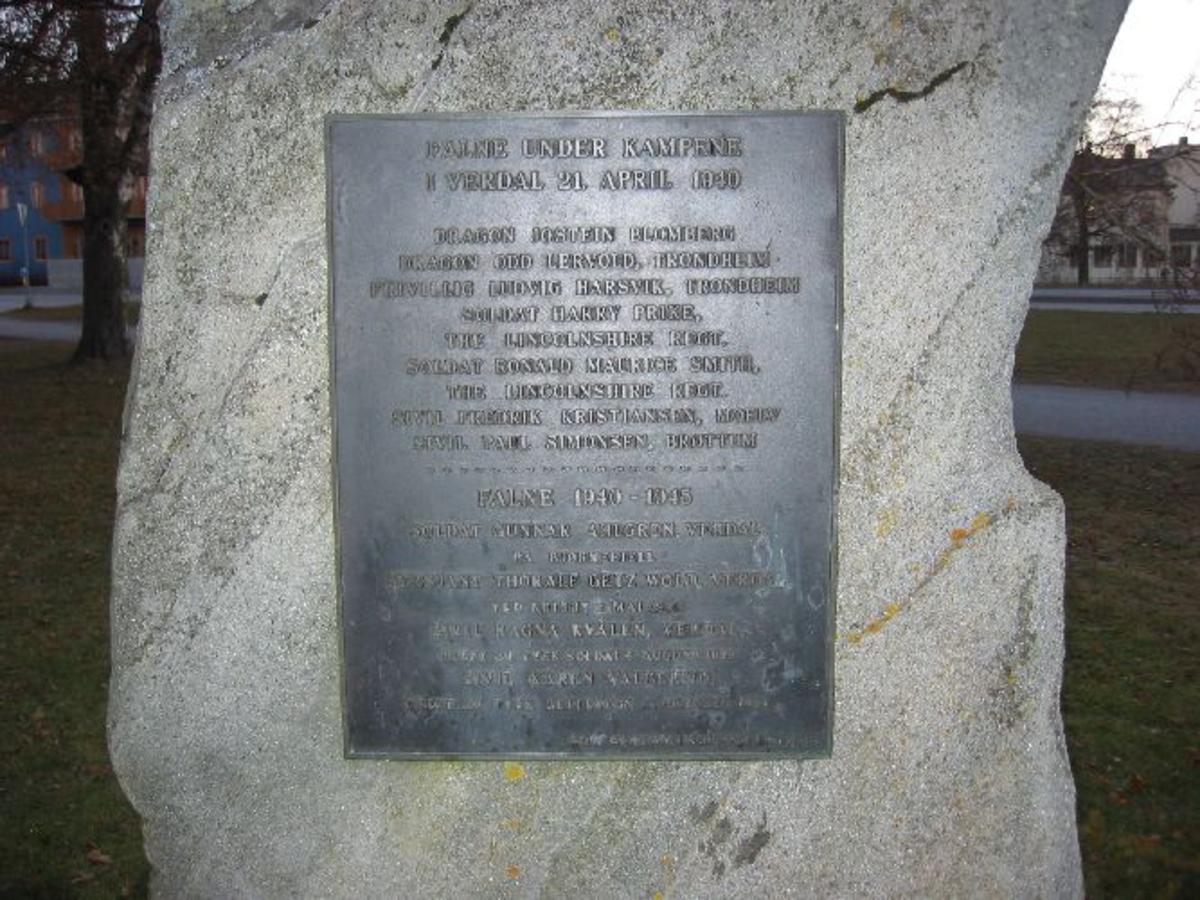 Bautastein med tavle med navn på alle verdalinger som falt eller ble drept under krigen samt andre norske og utenlandske soldater som falt på Verdalsøra i 1940