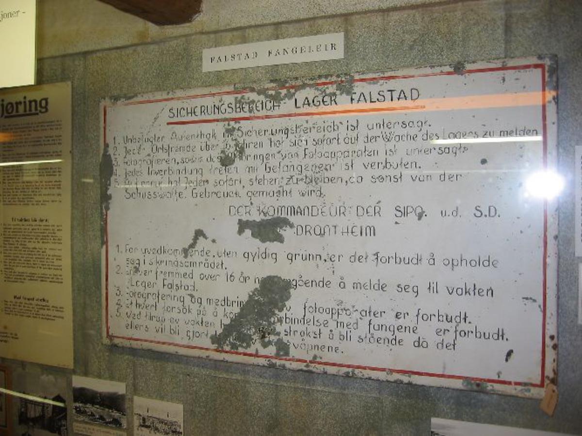 Hvit metallplate med sort skrift