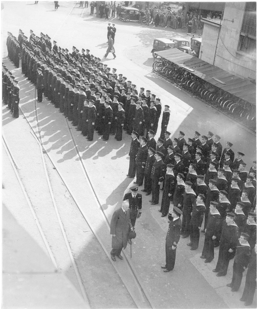 """Motiv: To foto fra overtagelse av K.N.M. """"Stavanger"""", K.N.M. """"Trondheim"""" ved Chatham den 10/10-46"""