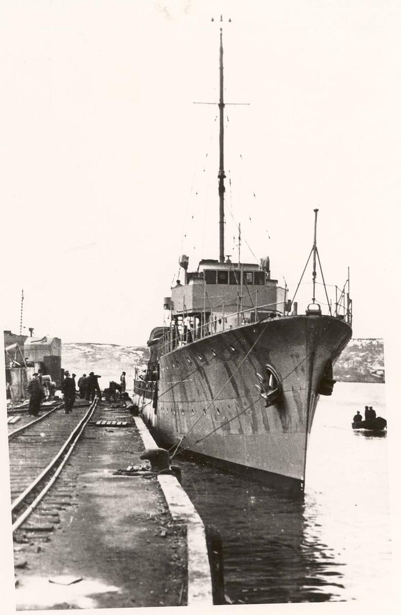 Motiv: Jageren TOR ved kai ved Fredrikstad mek. Verksted sommeren 1940