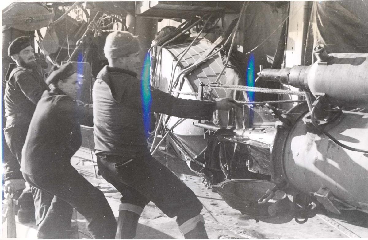 """Enkeltbilde. Jageren """"Stord"""" under oppøving, klarsjøing. En torpedo lastes inn i et torpedorør etter at den har blitt sjekket."""
