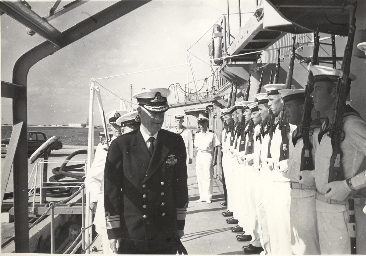 Enkeltbilde. C-kl jager, KNM Bergens tokt til Key West i 1962. admiralen inspiserer garden.