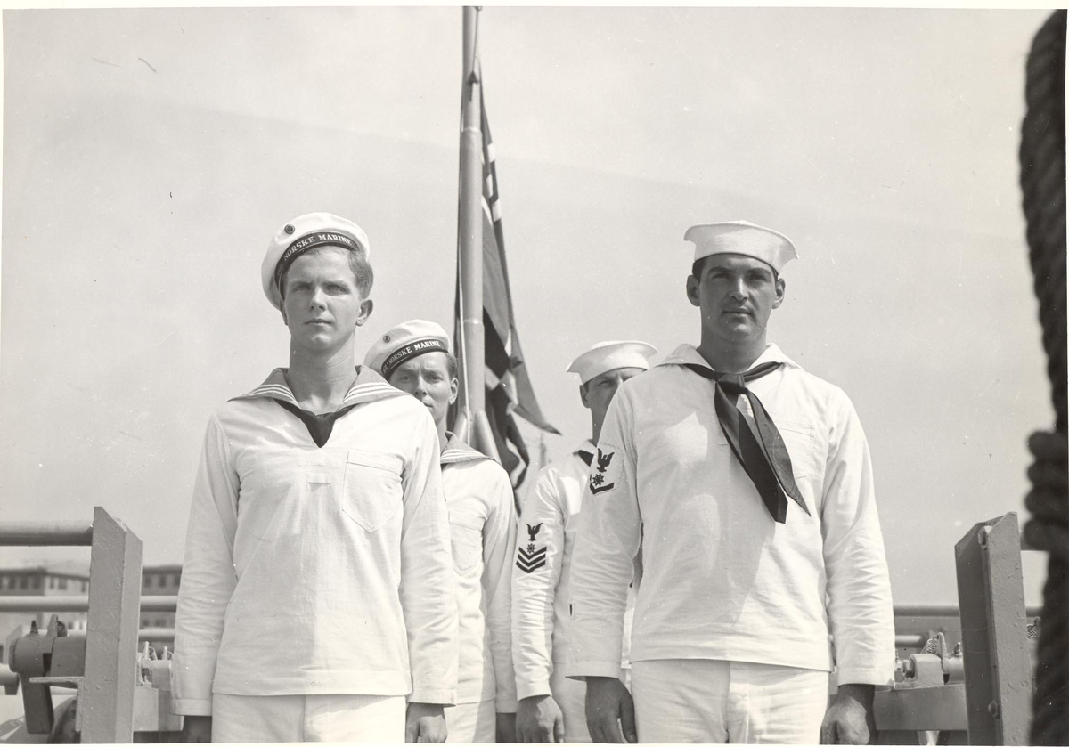 Ubåtjageren King Haakon  VII, norske og amerikanske flaggmenn.