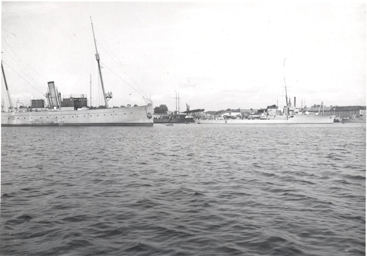 """Kommandofartøyet """"Heimdal"""" og jageren """"Sleipner""""  1938."""