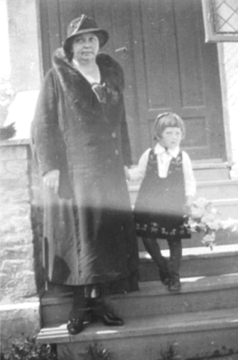 ST. TORFINNS KAPELL, HOVEDINNGANGEN, FORFATTER SIGRID UNDSET, OG INGER MARIA SUNNIVA STORBEKKEN, KALT LILLEMOR ST. TORFINNS MENIGHET 10 ÅRSJUBILEUM 27. MAI 1934.