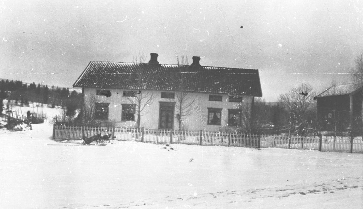 Eksteriør, hovedbygningen på Dobloug vestre, Doglo, Furnes. Stakittgjerde, slede, vinter.