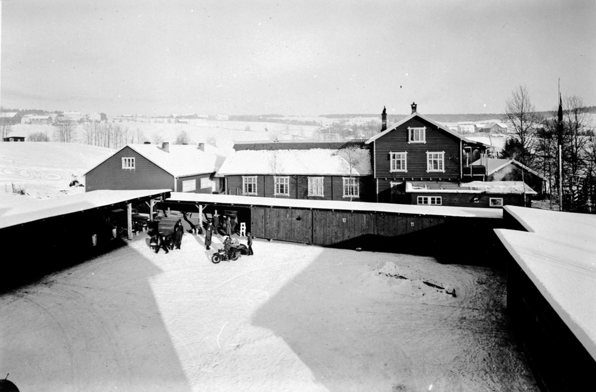 Eksteriør, Veldrom forsamlingslokale, Veldre, Ringsaker. Okkupert av tyskerne, garasjeanlegget foran, soldater, motorsykkel.