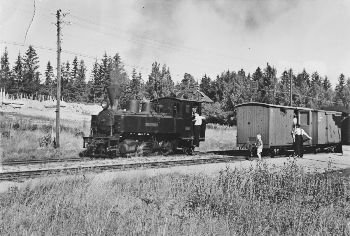 Lok 4 Setskogen i tog 2051 til Skulerud skifter på Fosser stasjon.