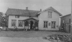 EKSTERIØR: TANGEN LANDHANDLERI, BUTIKKEN STARTET I 1881, TAN