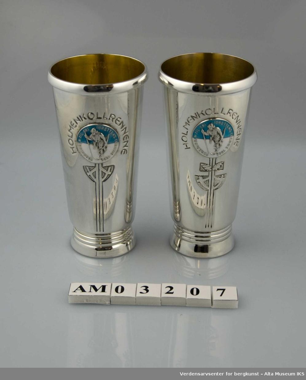 """Form: Konet, med emaljert, rundt emblem i blått,hvitt,sølv Pokalens emblem er av skiløper og teksten """"Foreningen til skiidrettens fremme 1883"""""""