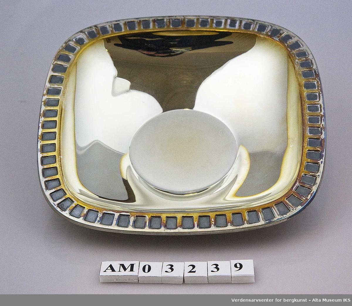 Form: Firkantet fat m/sirkulær grunnflate Oksydert bord langs kante