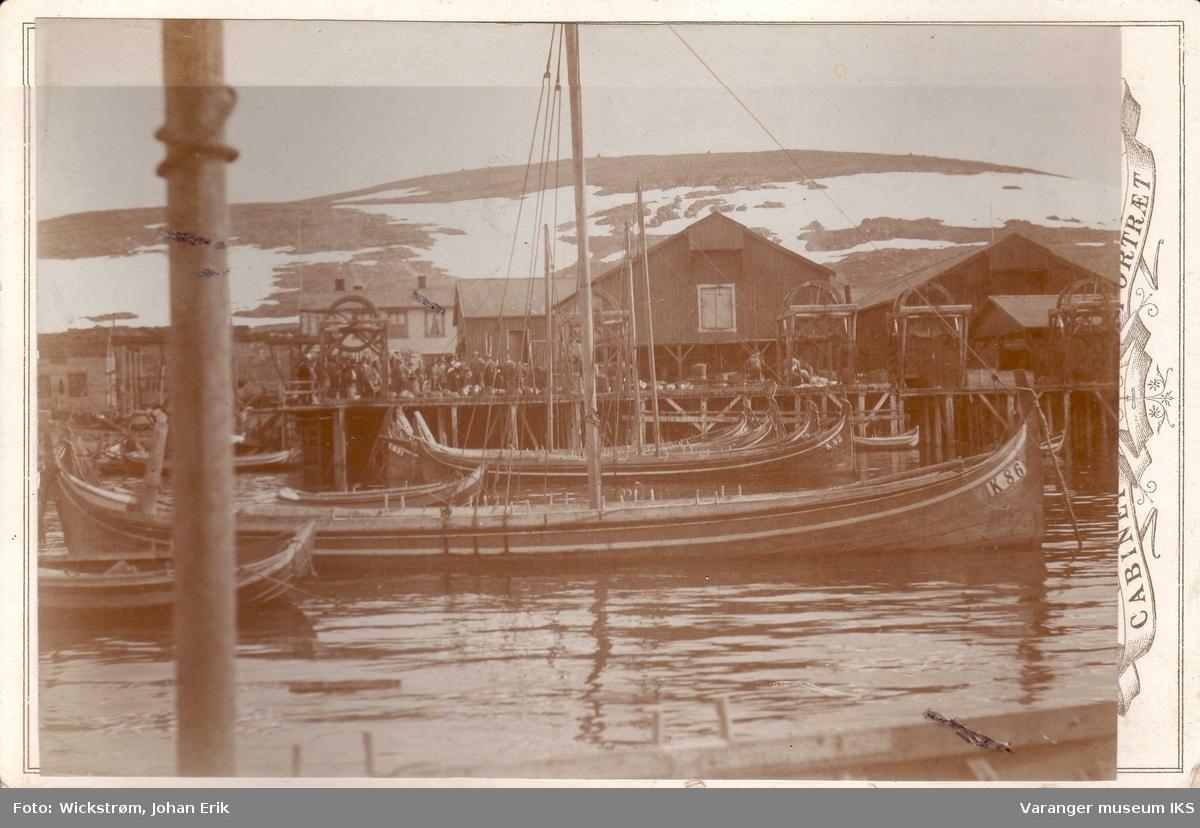 Ytre Kiberg. Nordlandsbåter med seil og masse folk på kaia. Fembøring midt i bildet.
