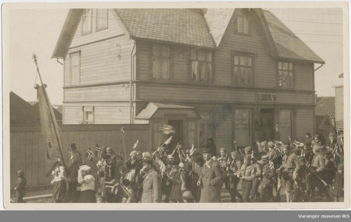 17. mai-tog passerer O. Lundenes forretning i Strandgata, ca. 1930