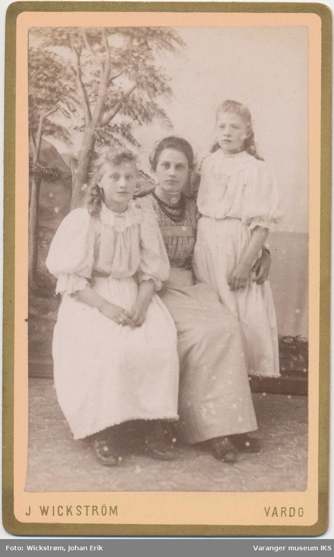 Gruppeportrett, tre jenter