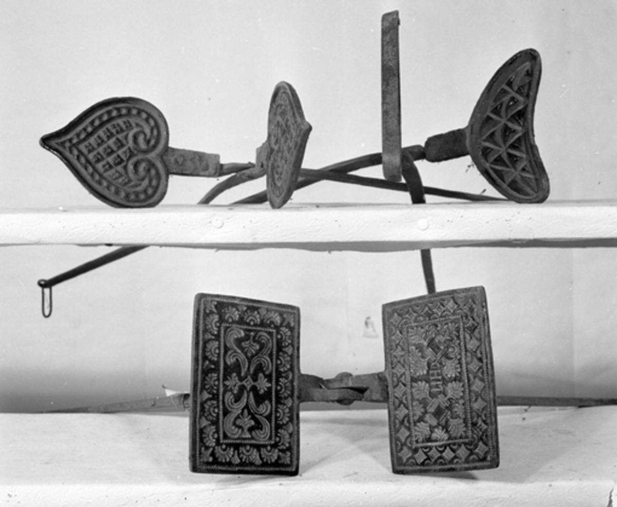 Gjenstandfotografering, Opplandenes folkemuseums samling. (Hedmarksmuseet)OF. 2110. GOROJERN. LØTEN. OF. 6206. VAFFLJERN.