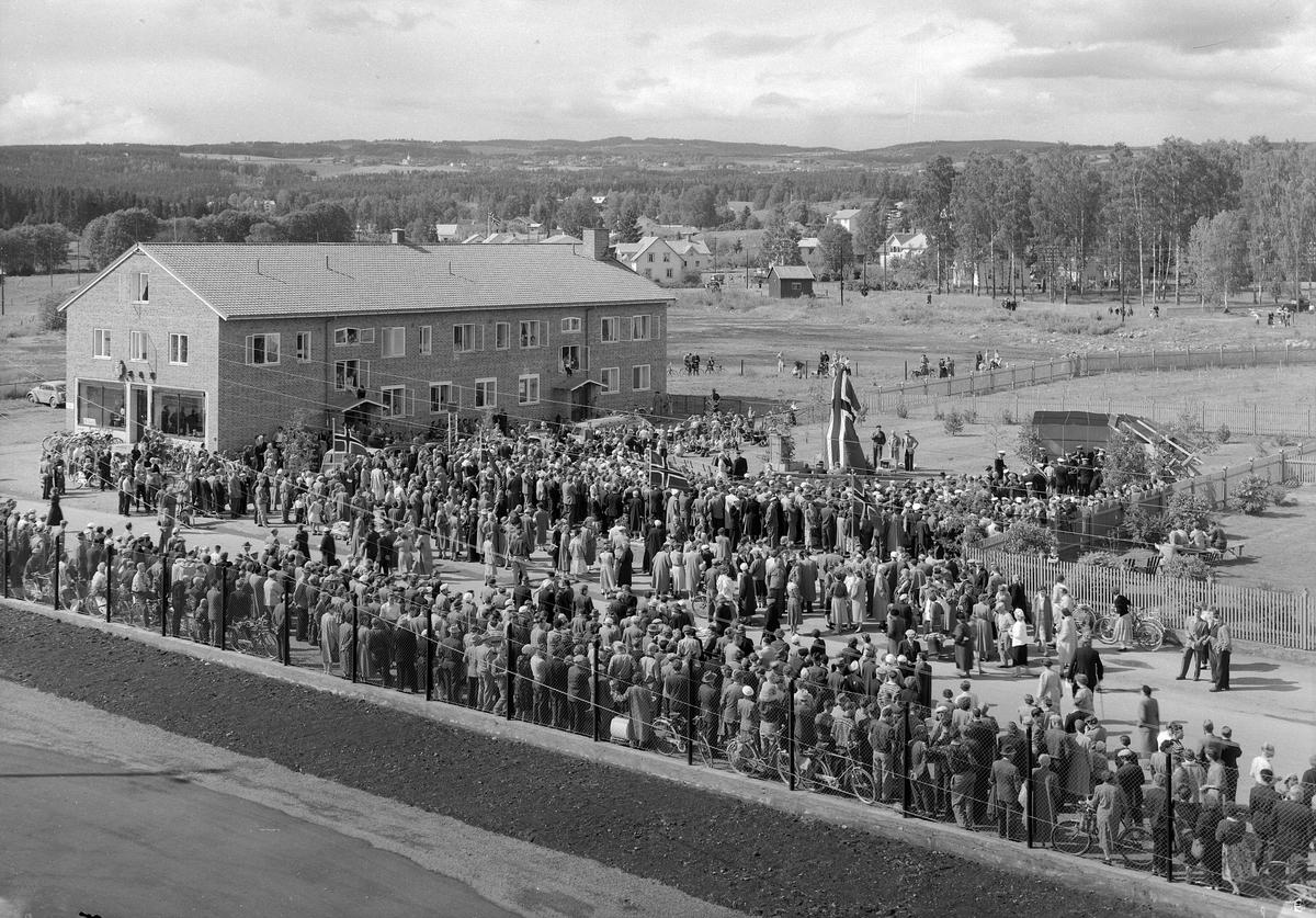 LANGMOEN, BRUMUNDDAL. 26-06-1956. AVDUKING AV BAUTA. FOTOGRAF EIVIN LØKKEN.
