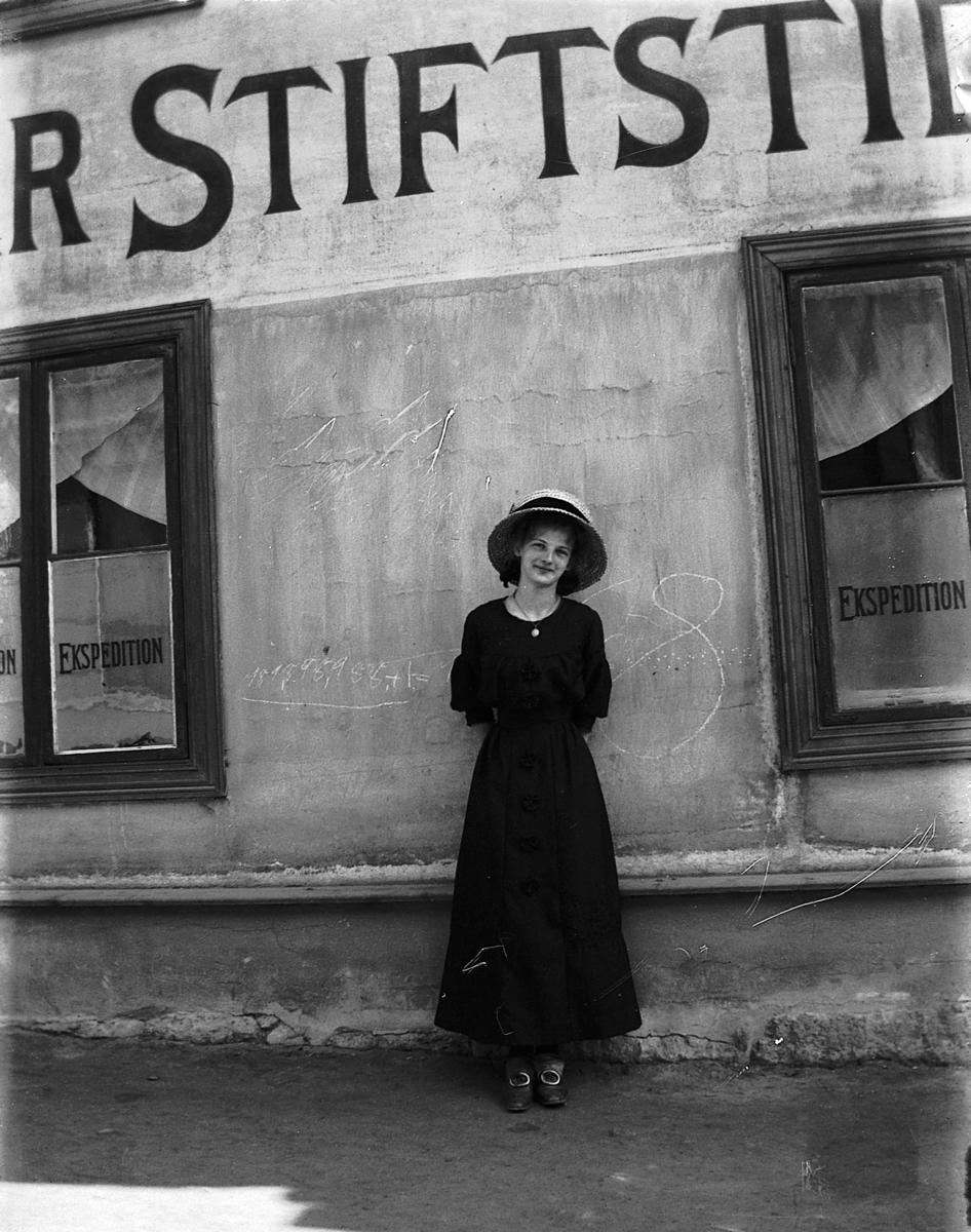 Kvinne foran Hamar Stiftstidendes lokaler i Grønnegt. 33, Hamar.