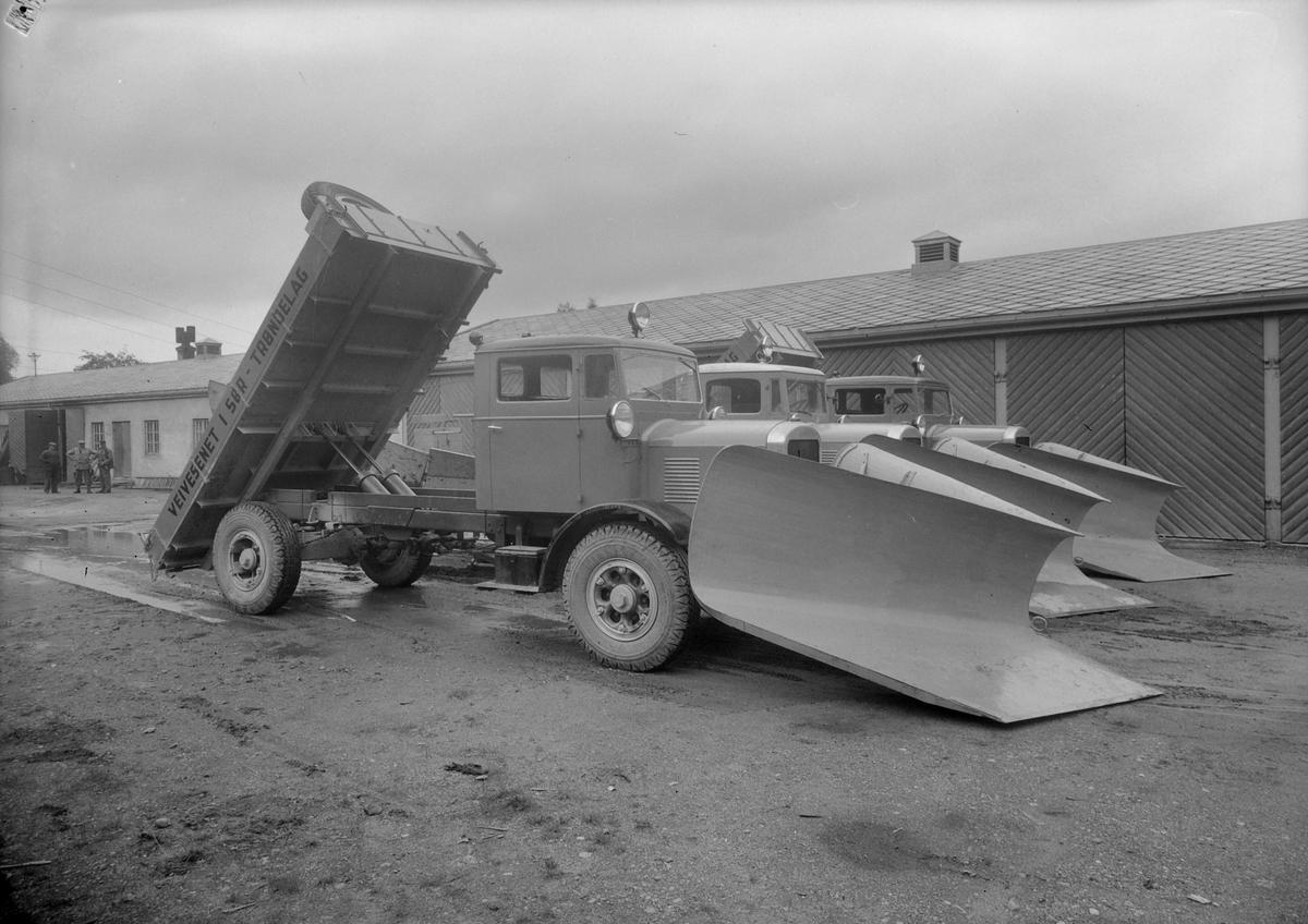 Tre FWD lastebiler påmontert brøyteutstyr ved veivesenets garasjer i Osloveien.