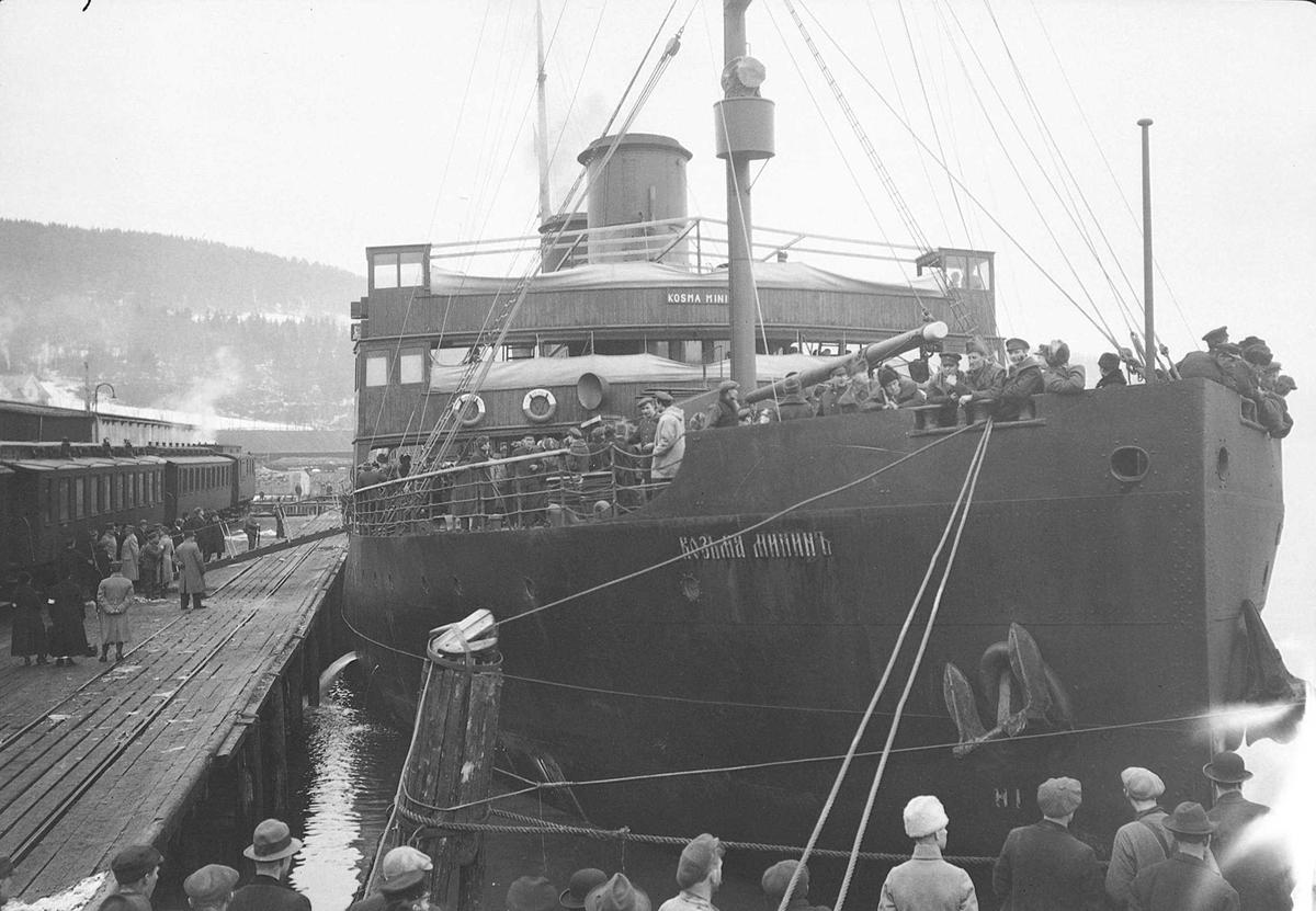 Russiske flyktninger kommer til Hommelvik med D/S Kosma Minin