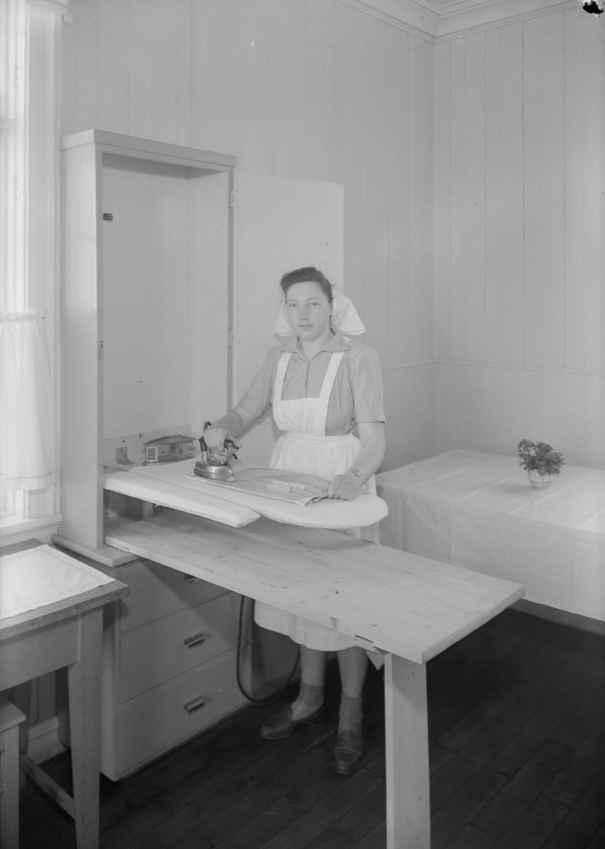 Praktiske skap på kjøkkenet på Ørland Husmorskole (Sør-Trøndelag fylkes Husmorskole)
