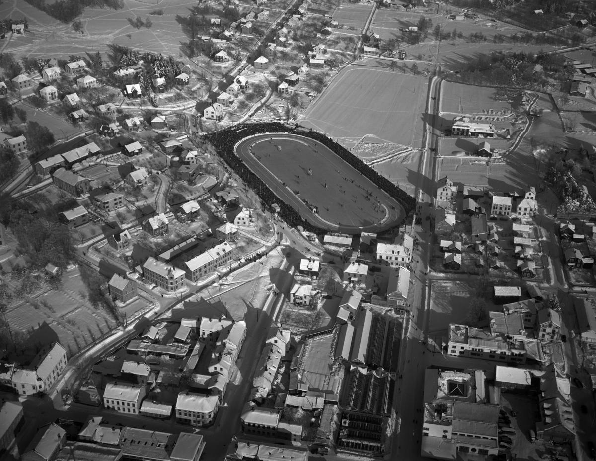 Hamar, flyfoto. Bebyggelsen rundt Hamar Stadion, skøyteløp, Parkgata, Vangsvegen, Holset, Rollsløkka. Foto Normann 22. 08. 1946.