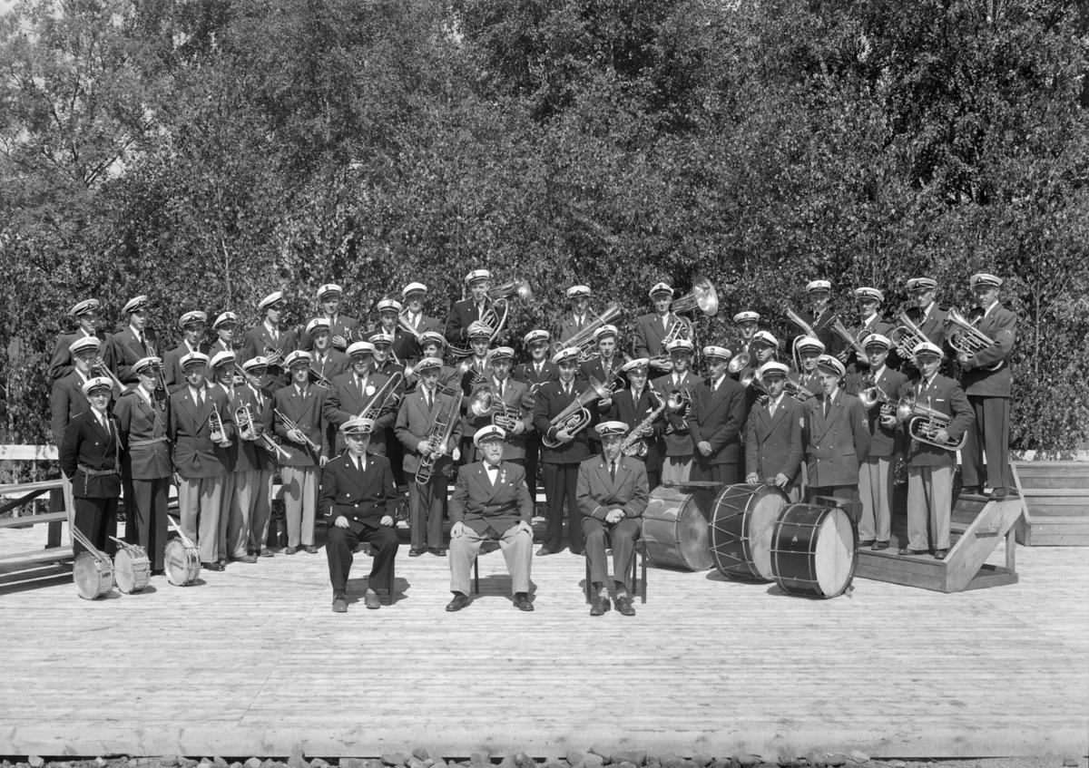 HEDMARKBYGDENES MUSIKKFORBUND, samling med fotografering av de forskjellige korpsene. Nordbygda musikkorps er med på flere bilder. Det 15. stevnet ble  avholdt i 1965, på Fløta Ådalsbruk. Uvisst om dette er det året.