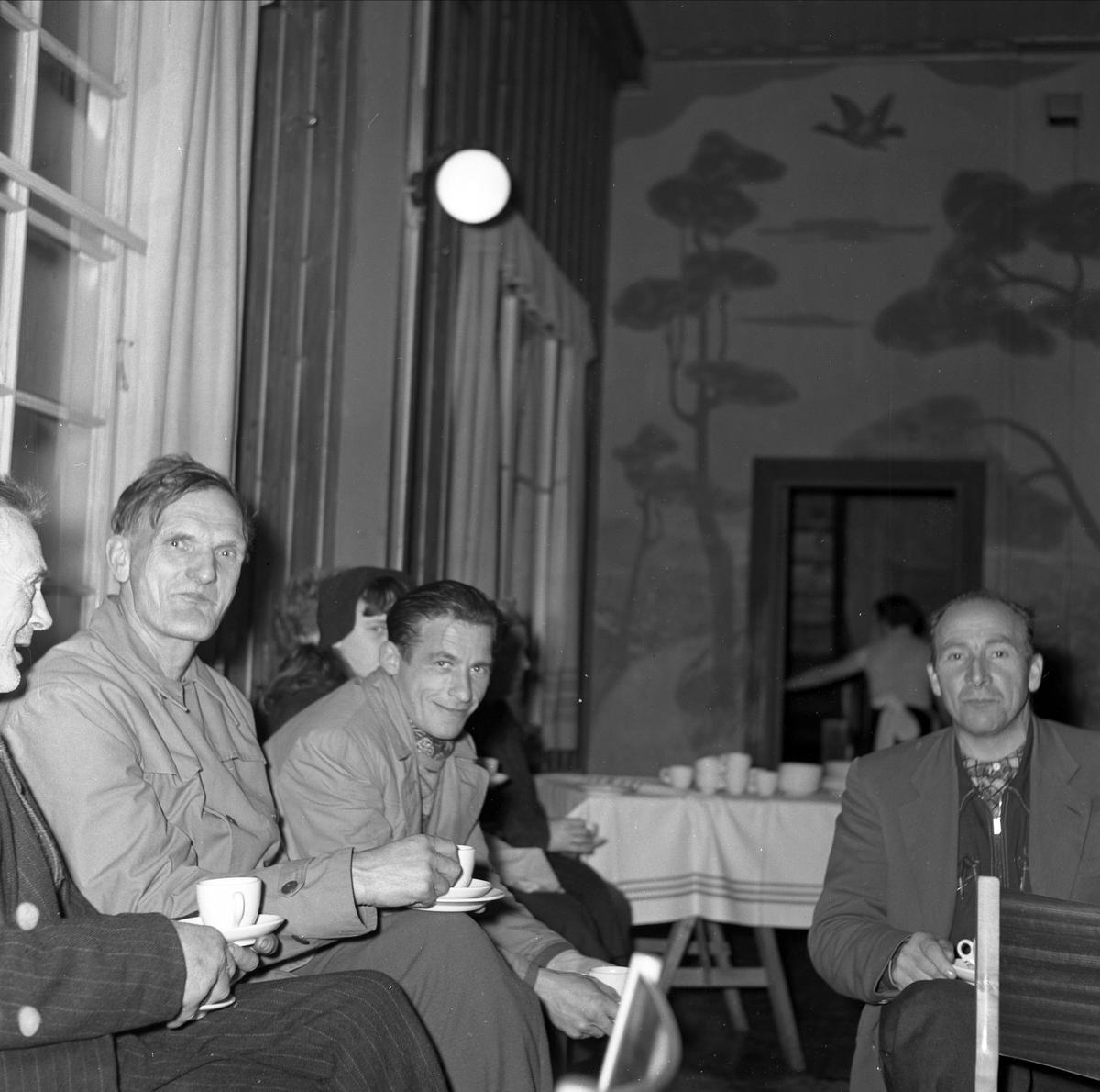 """REKLAMEMØTE, PÅ """"BØNSEN"""" BØNDERNES HUS I LØTEN, T. V. HELGE STORSVEEN, UKJENTE MENN, OKTOBER 1957."""