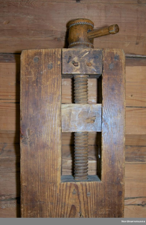 Benken er breskrevet på bloggen : https://hyvelbenk.wordpress.com/2015/02/25/kombinert-hovelbenk-og-hovel/ Liten høvelbenk nytta til å høvle bøttestavar. Er ei solid trefjøl som det er lett å flytte, og som kan brukast inne i stua. Plass til høveljern og har ei tretvinge for å feste fjøla som det skal arbeidast med. 4 firkanta hol for boltar og 3 små hol.