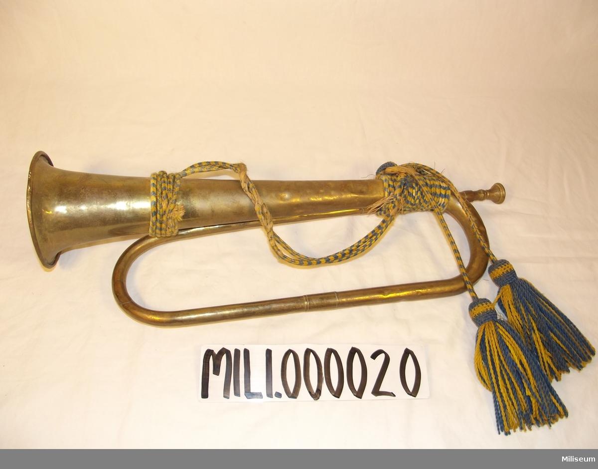 Signaltrumpet m/1839 för artilleri och kavalleri med tillhörande banderoll m/1901