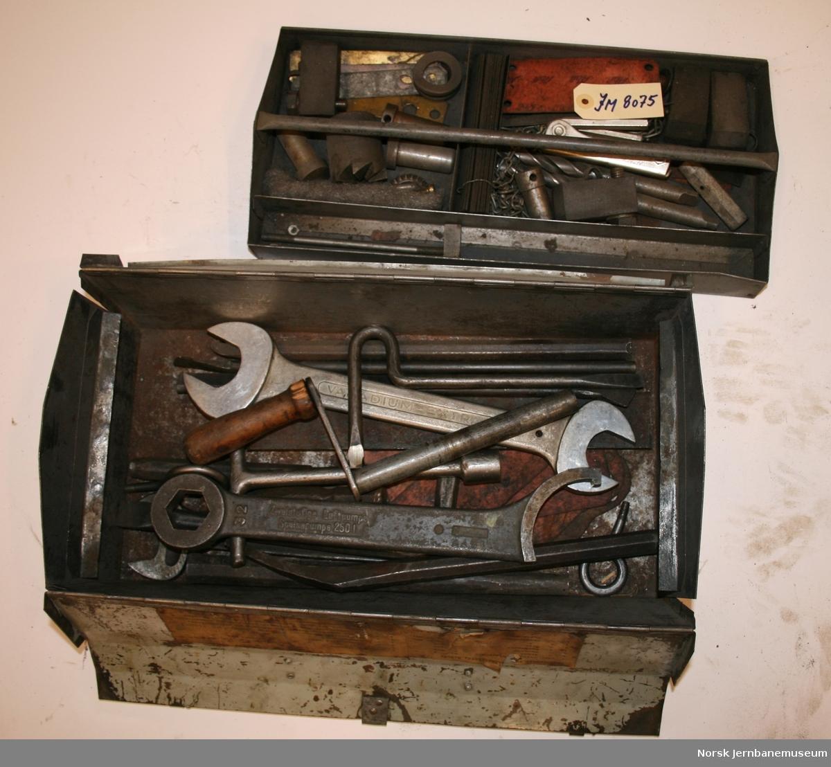 Verktøykasse med diverse fastnøkler, umbrakonøkler og annet håndverktøy.