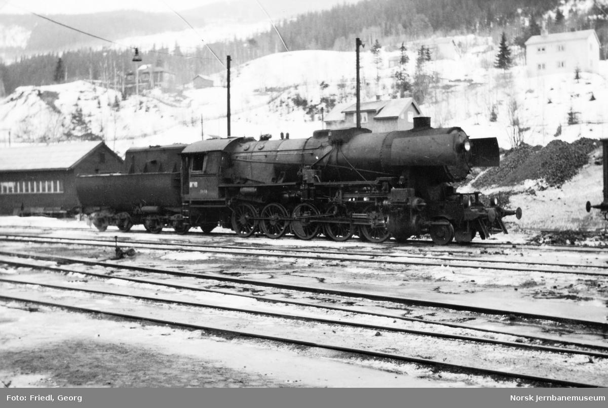 Damplokomotiv type 63a nr. 5858 på Ål stasjon