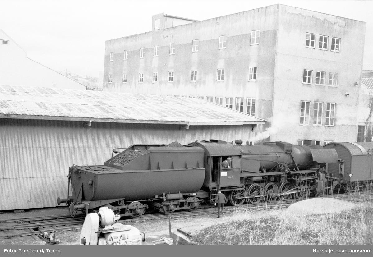 Damplokomotiv type 63a nr. 5845 skifter på Marienborg