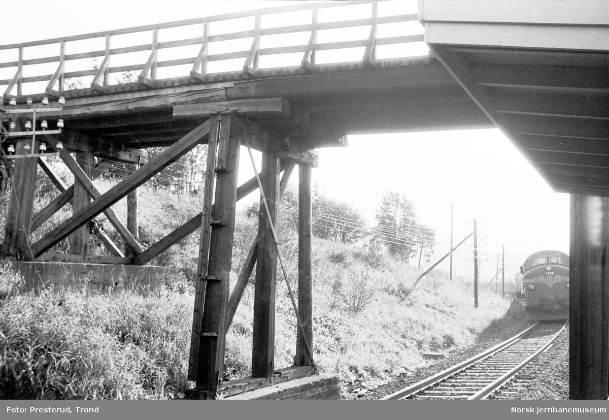 Vegovergang ved Være holdeplass, hvor diesellokomotiv type Di 3 nr. 603 ankommer med godstog