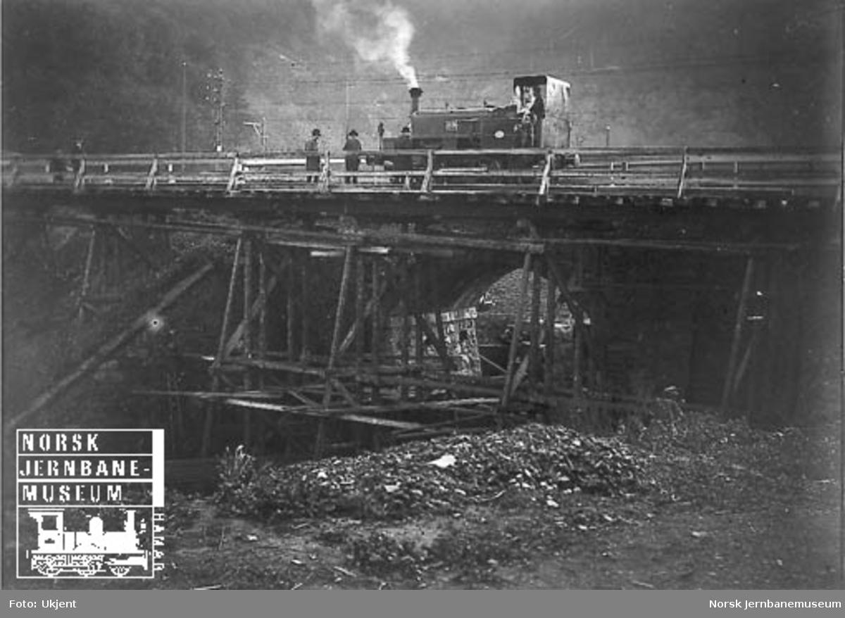 Damplokomotiv litra D nr. 89 på provisorisk bru ved Nygård