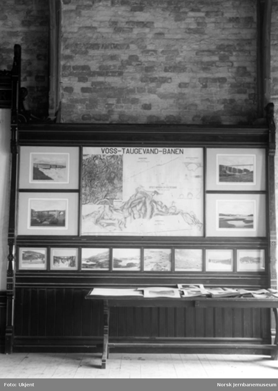 Store plansjer fra NSB på ukjent utstilling