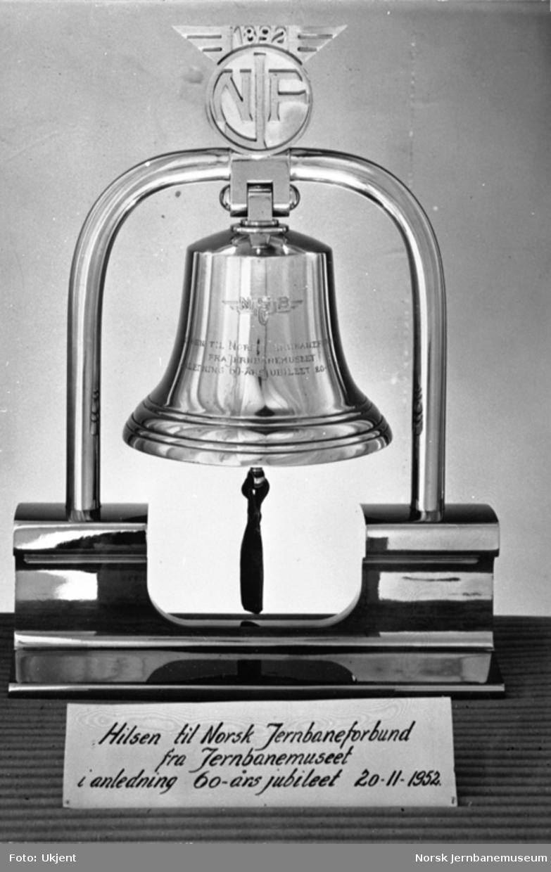 Klokke gitt som gave Jernbanemuseet til Norsk Jernbaneforbund ved 60 års-jubileet 20. november 1952