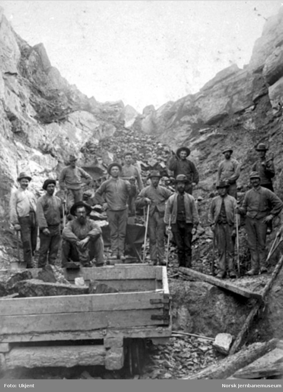 Anleggsarbeidere ved skjæringen mot Ringsaker (Domstuen) tunnel