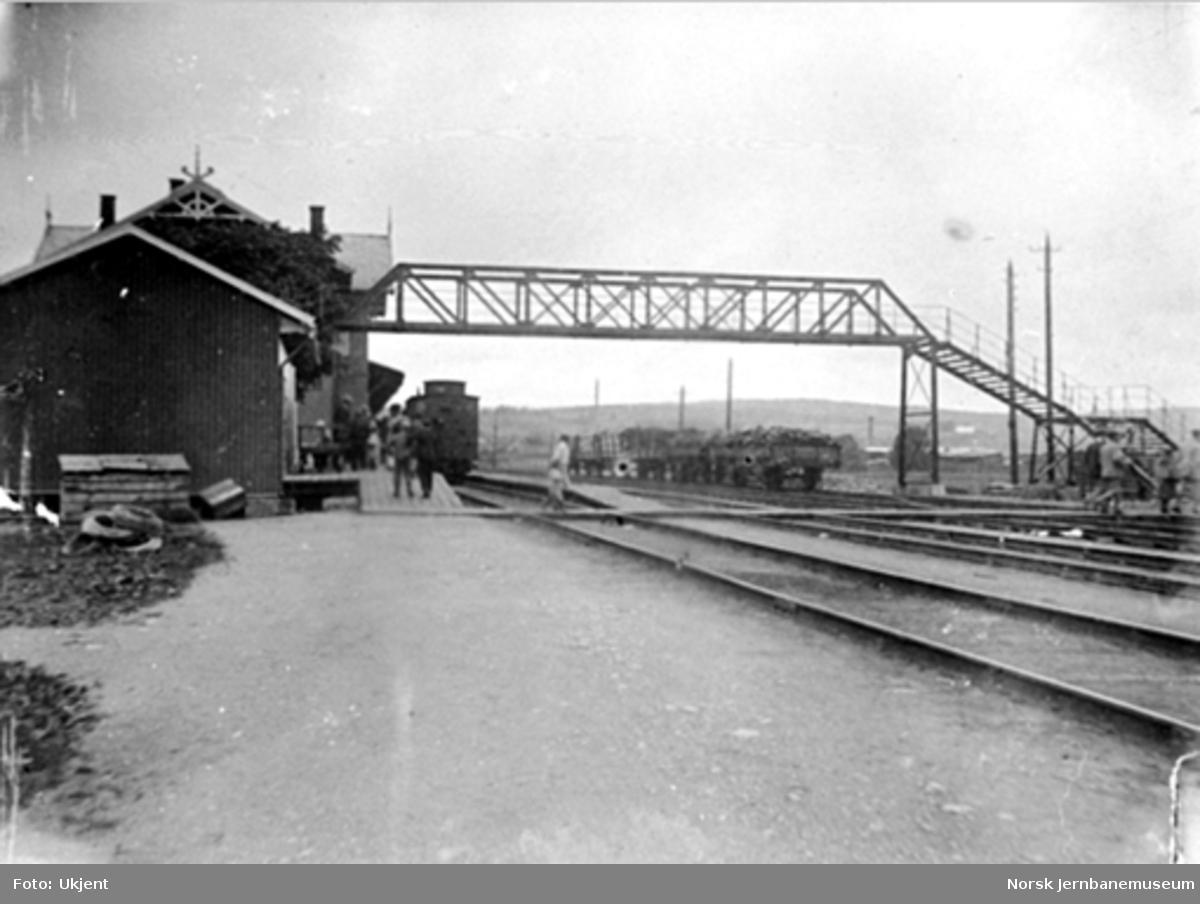 Lillestrøm stasjon med overgangsbru over sporene
