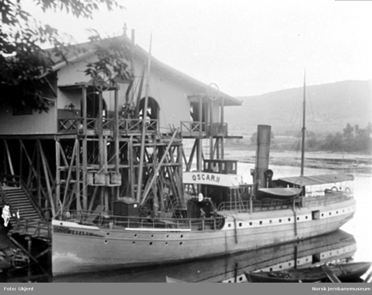 """Dampskipet """"Oscar II"""" ved brygga på Randsfjord stasjon"""