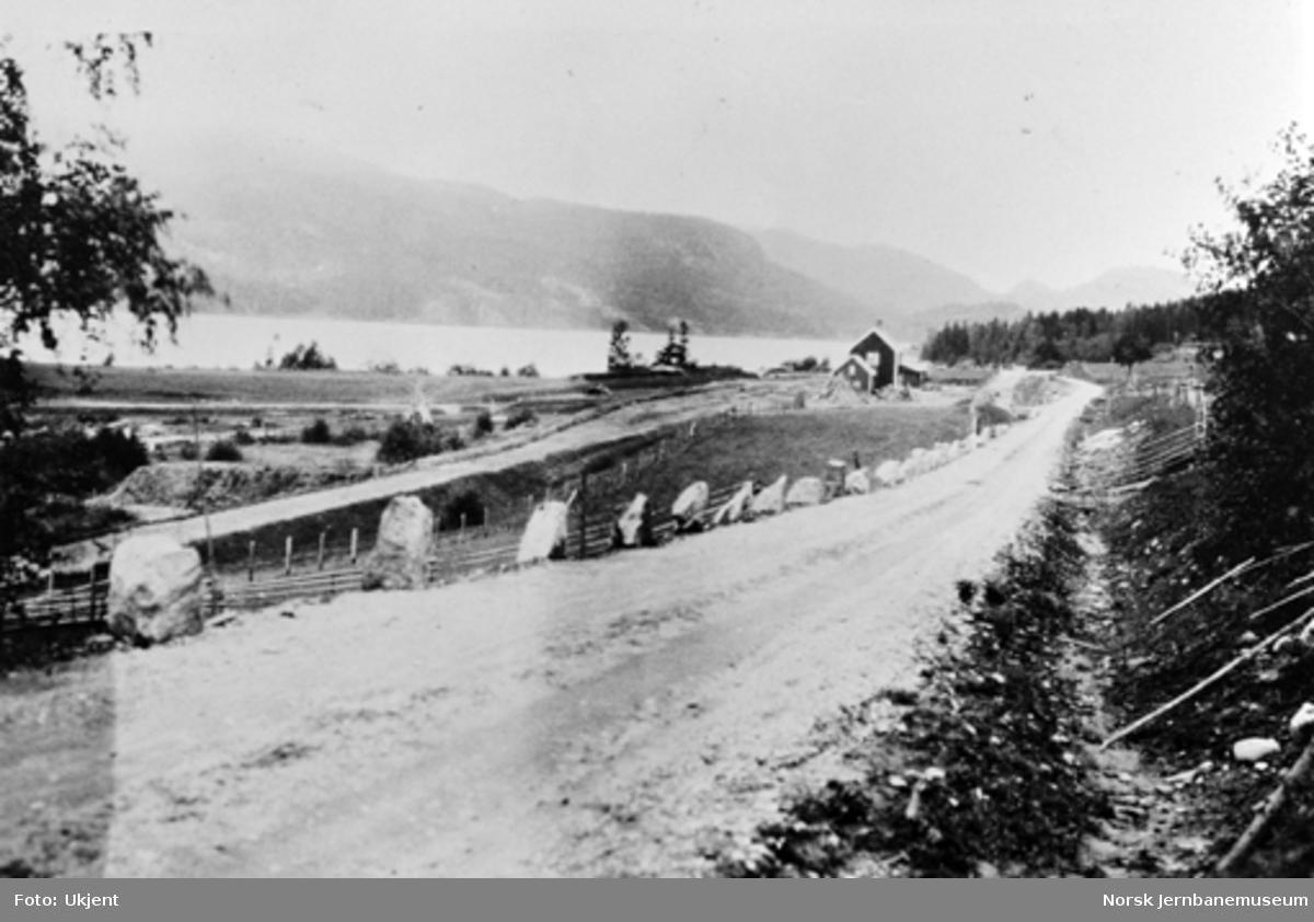 Sperillen stasjon sett nordover med omlagt hovedveg i forgrunnen