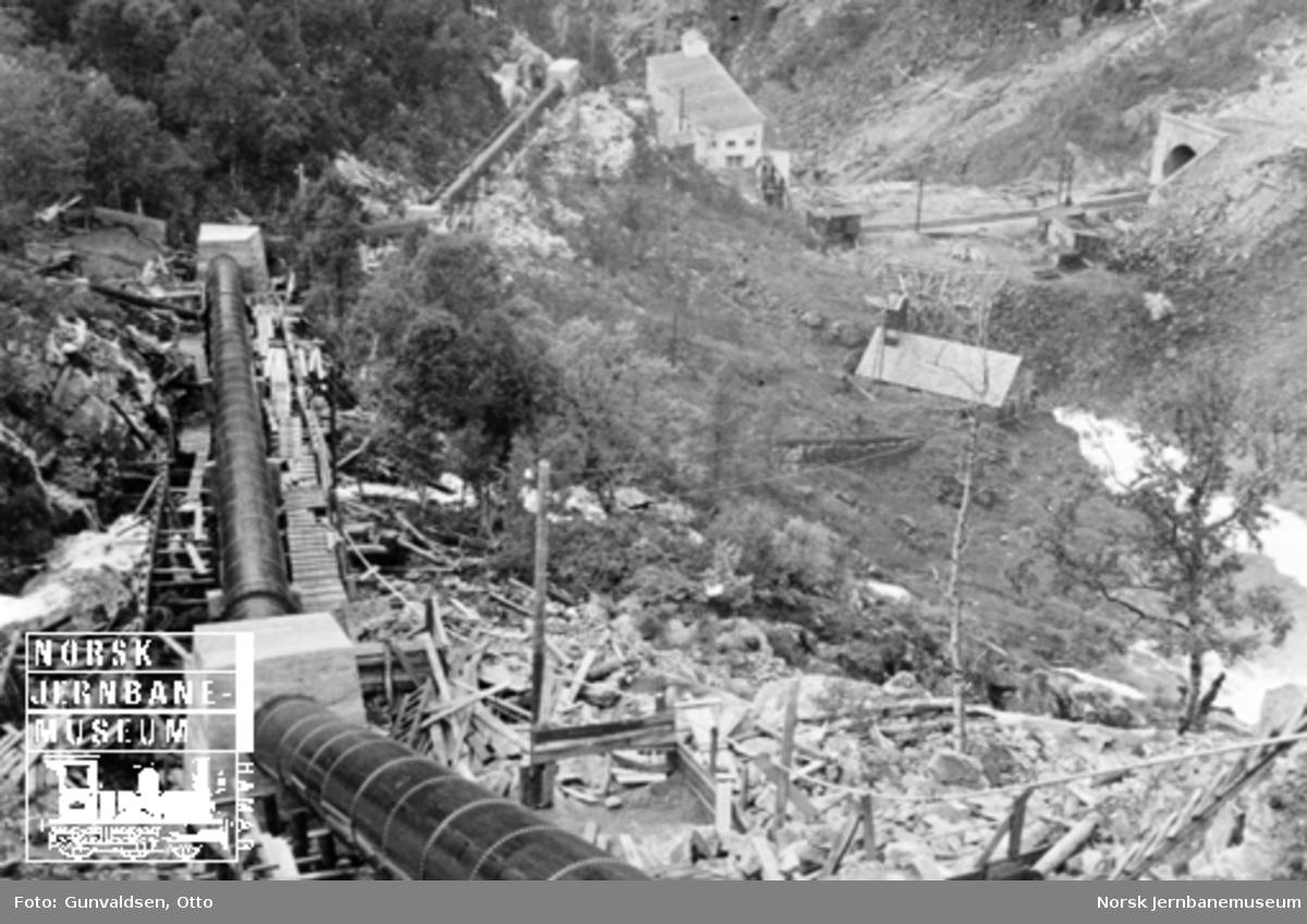Rørgaten med Kjosafoss kraftstasjon i bakgrunnen